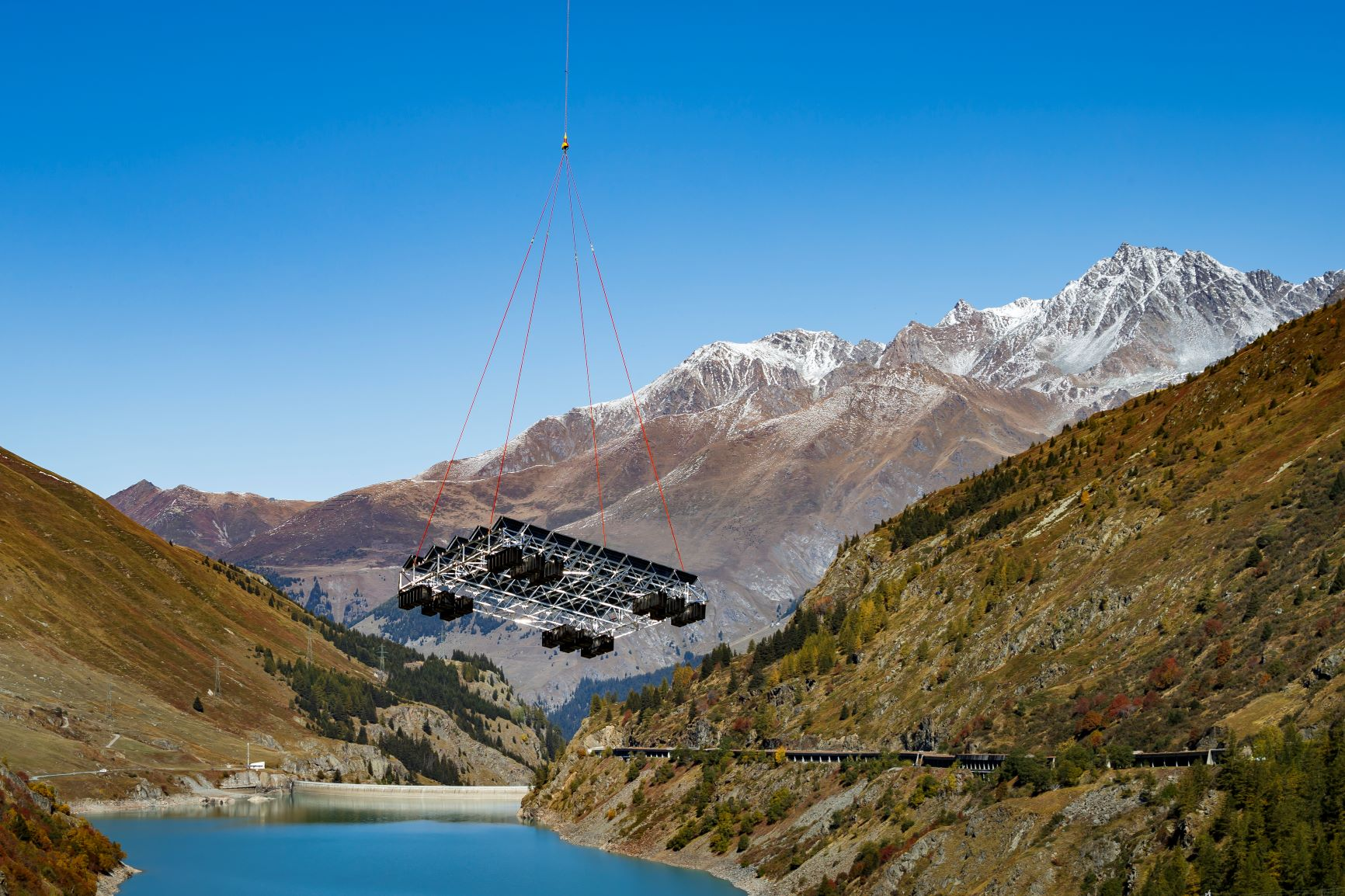 Once assembled, the system was airlifted by helicopter to Lac des Toules © Romande Energie