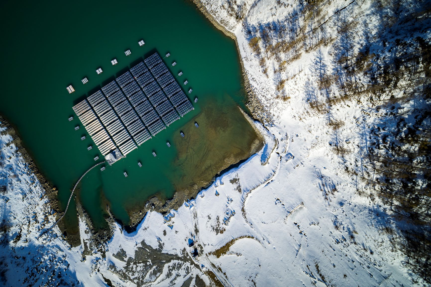 Lac des Toules is drained between November and March, leaving the solar plant resting directly on the ground © Romande Energie