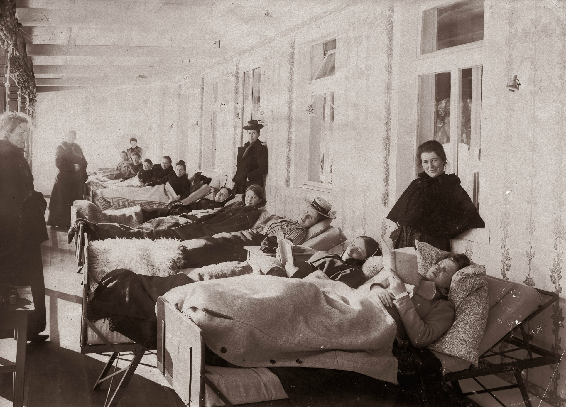 Lung disease patients resting in the sun lounge, ca 1900, Davos