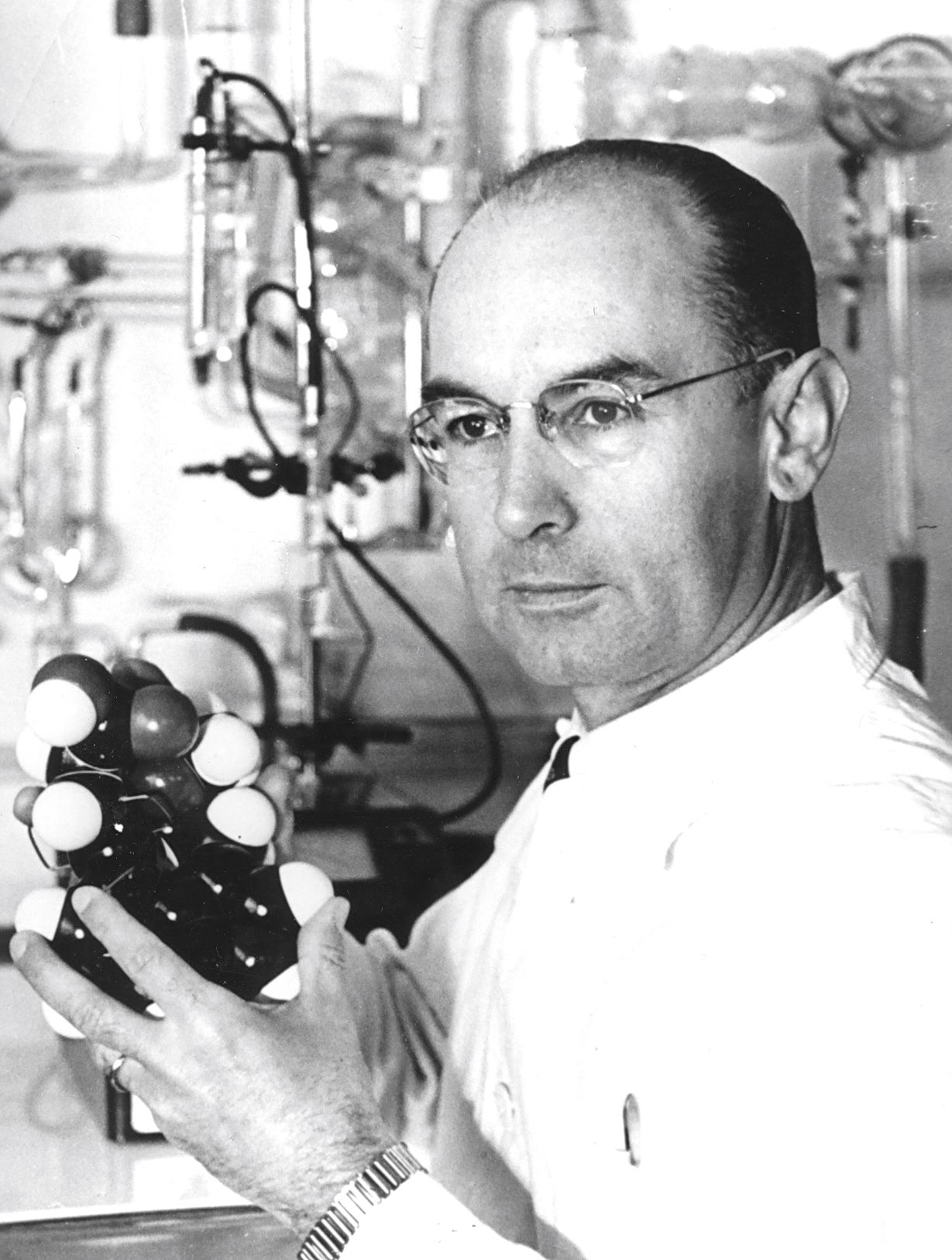 Albert Hofmann with a model of the LSD molecule in 1943 © Novartis corporate archive
