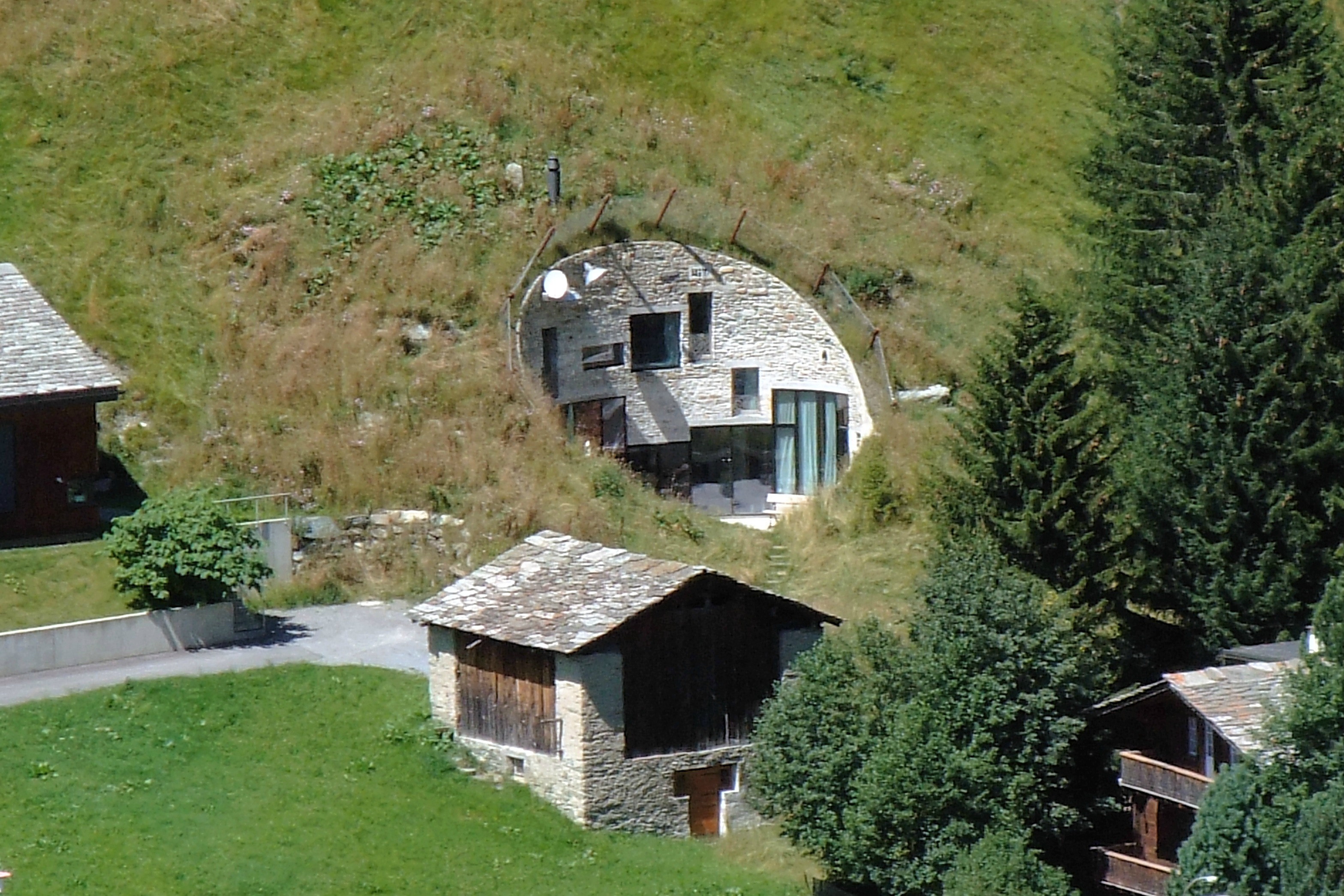 8 surprising swiss buildings swiss environment for Moderne architektur villa