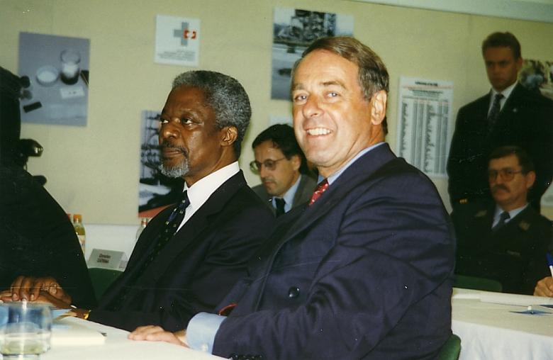 UN Secretary-General Kofi Annan (left) with Federal Councillor Adolf Ogi on his visit to the Spiez lab in 1997