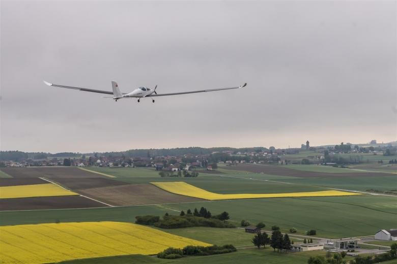 Solar aircraft fitted with photovoltaic cells designed by CSEM
