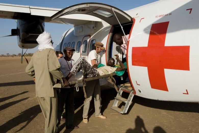 Dogdoré, Chad. Arrival and evacuation of a wounded shot man. © ICRC archives (ARR)