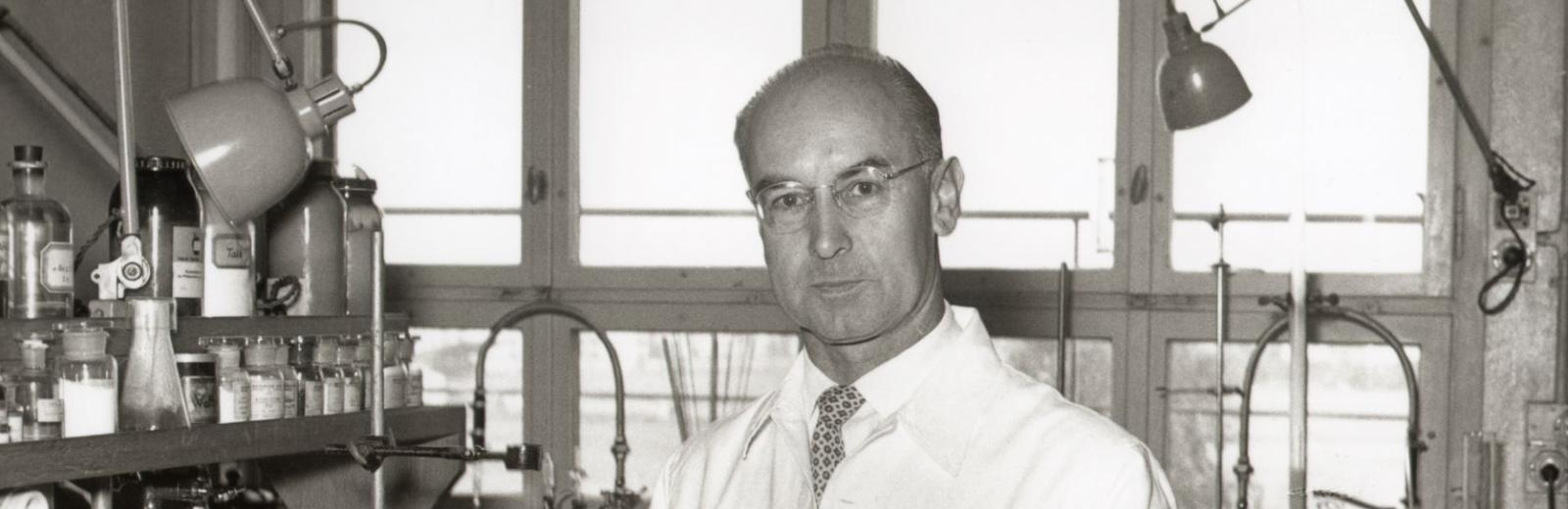 Albert Hofmann with a model of the LSD molecule in the early 1950s © Novartis corporate archive