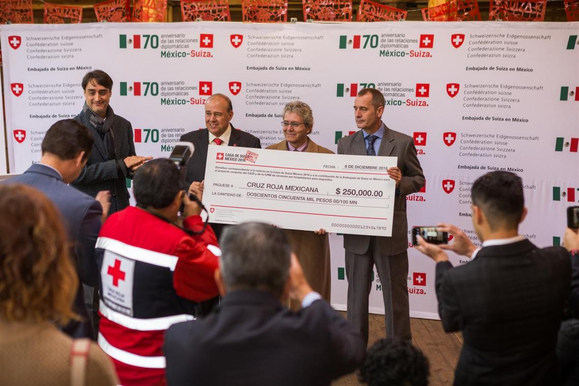 Presentation of a check for MXN 250,000 to the Mexican Red Cross