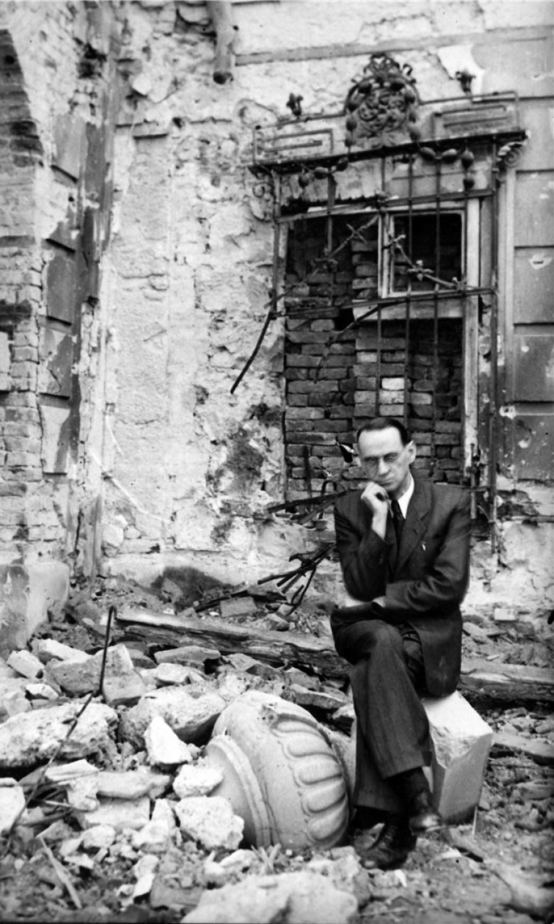 Carl Lutz in the devastated garden of the British legation © Archives of Contemporary History, ETH Zurich / Agnes Hirschi
