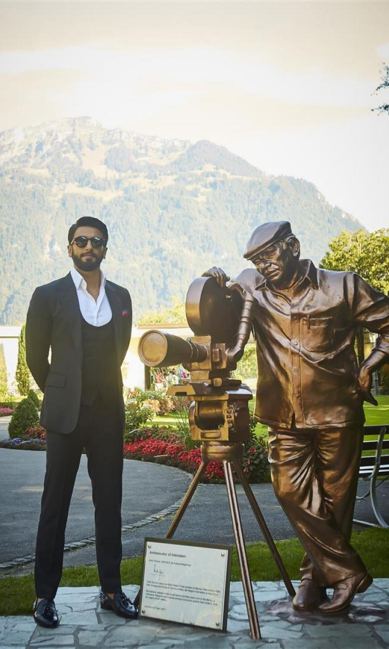 The sculpture of Yash Chopra, famous Bollywood producer and ambassador of Interlaken, together with Ranveer Singh, actual Bollywood star and ambassador of Switzerland Tourism. © Interlaken Tourism