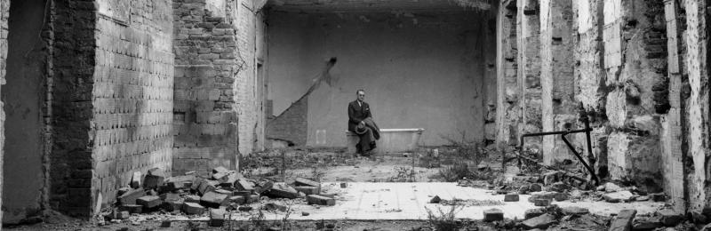 Carl Lutz in the inner courtyard of the destroyed British legation © Archives of Contemporary History, ETH Zurich / Agnes Hirschi