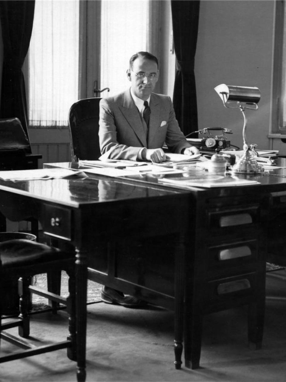 Carl Lutz in his office at the United States legation © Archives of Contemporary History, ETH Zurich / Agnes Hirschi